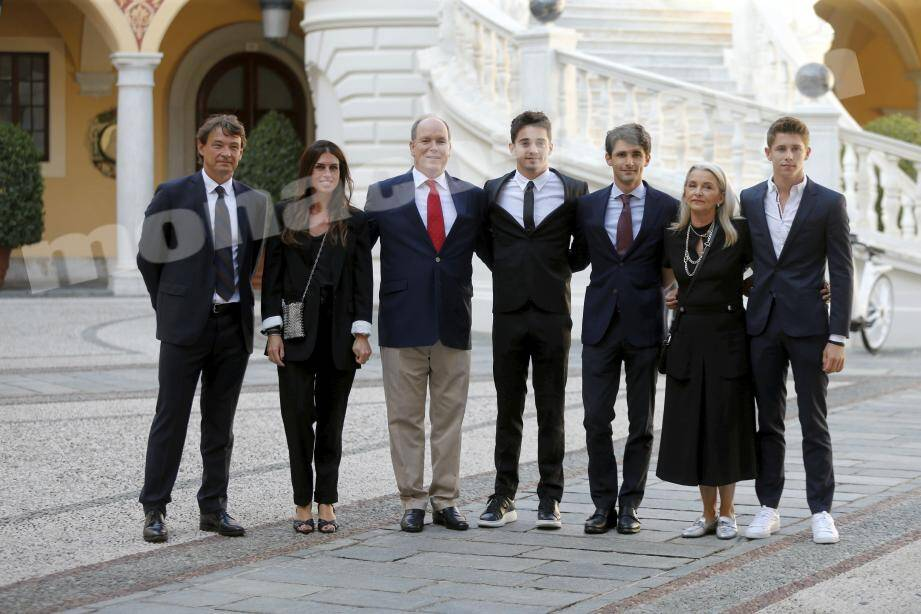 De gauche à droite : l'oncle de Charles Leclerc, Thierry Manni, et son épouse Stéphanie, le prince Albert II, Charles Leclerc, Lorenzo Tolotta-Leclerc, Pascale Leclerc (maman de Charles) et Arthur, le frère cadet.