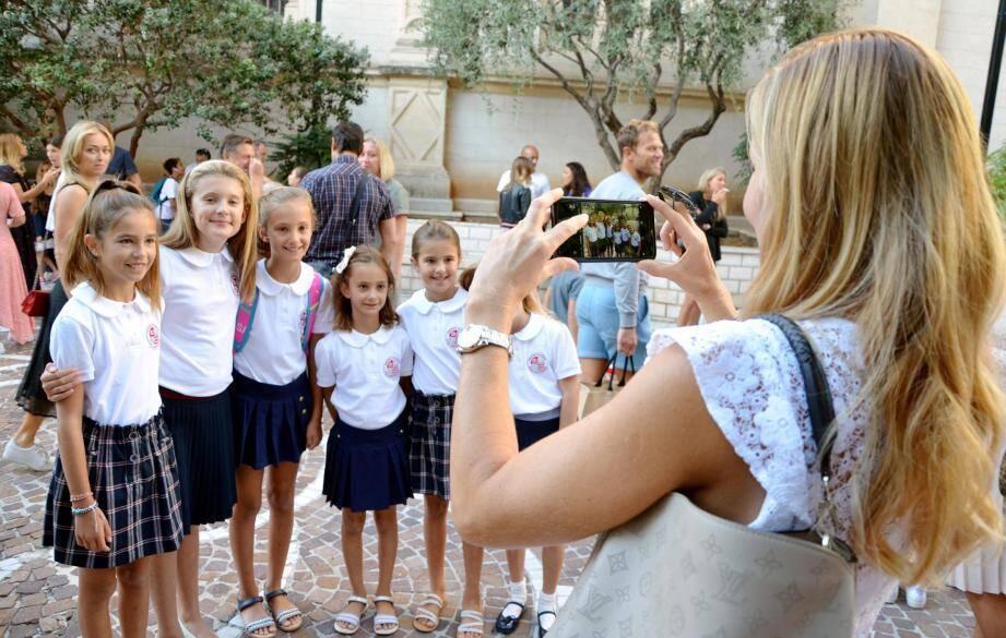 Sur le parvis de l'école Saint-Charles, cette maman prend en photo ses filles et ses copines, toutes habillées en uniforme.