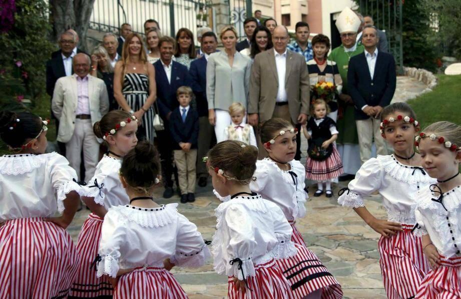 La famille princière et des personnalités de la Principauté accueillis par les chants et danses de la Palladienne lors de l'édition 2018.