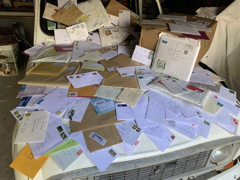 Le courrier reçu ce vendredi matin réuni à la Madrague sur le capot de la 4L chérie de Brigitte.