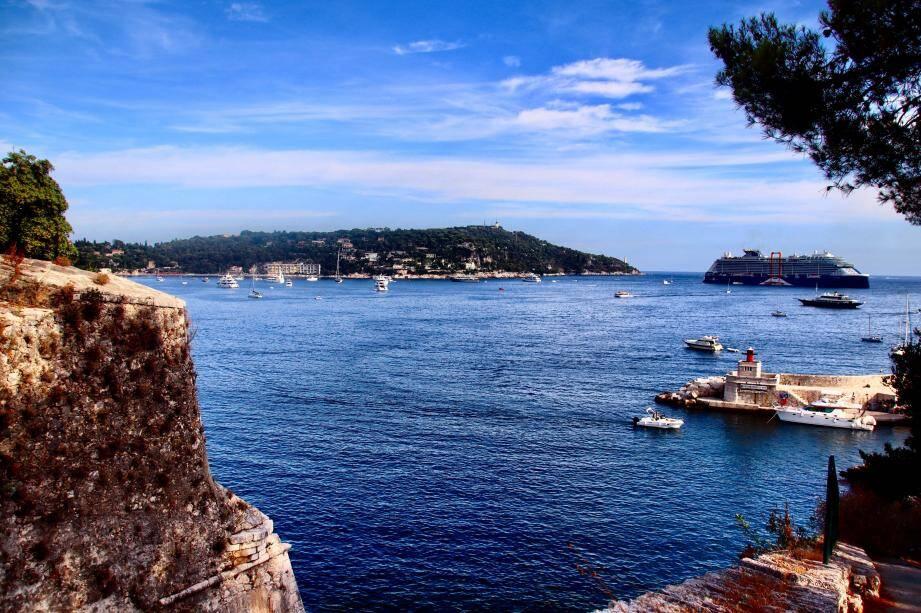 La rade de Villefranche-sur-Mer et le cap Ferrat sous le soleil.