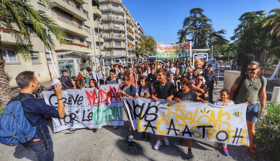 Ils n'étaient pas plus de 80 élèves du lycée Carnot à se mobiliser ce vendredi matin contre le réchauffement climatique.
