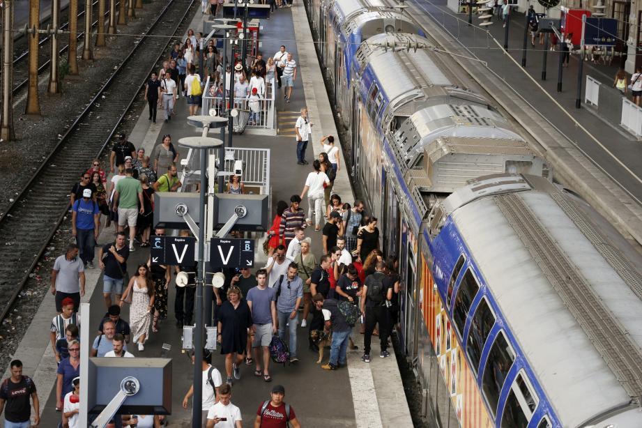 TER surchargés à la gare de Nice ville. Illustration.