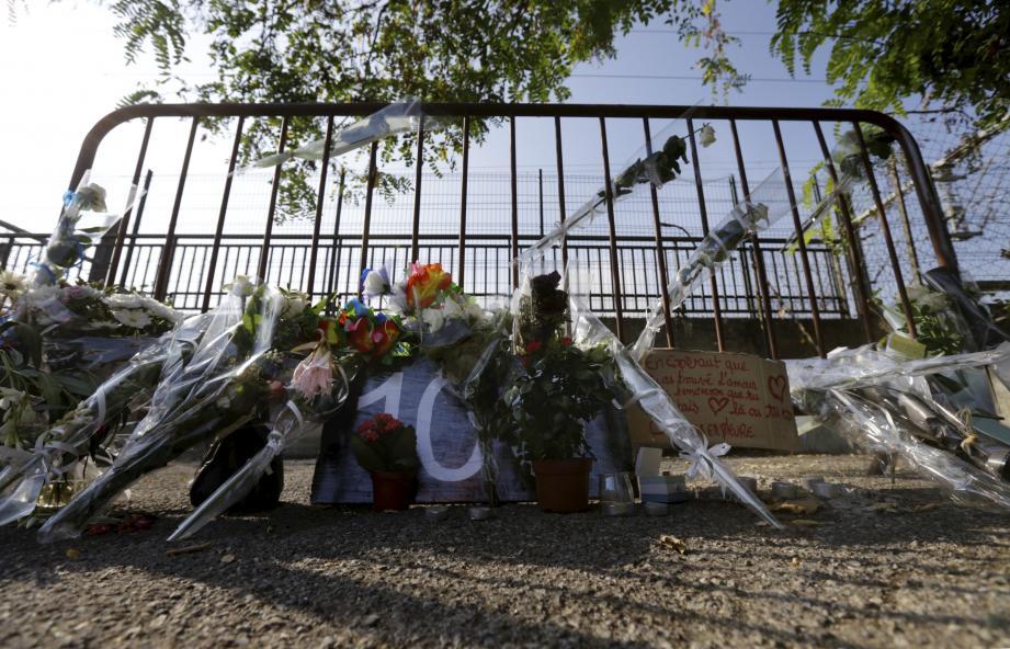 Des anonymes ont laissé des fleurs et des messages là où le corps de Salomé G. a été retrouvé, non loin de la gare de Cagnes-sur-MeR.