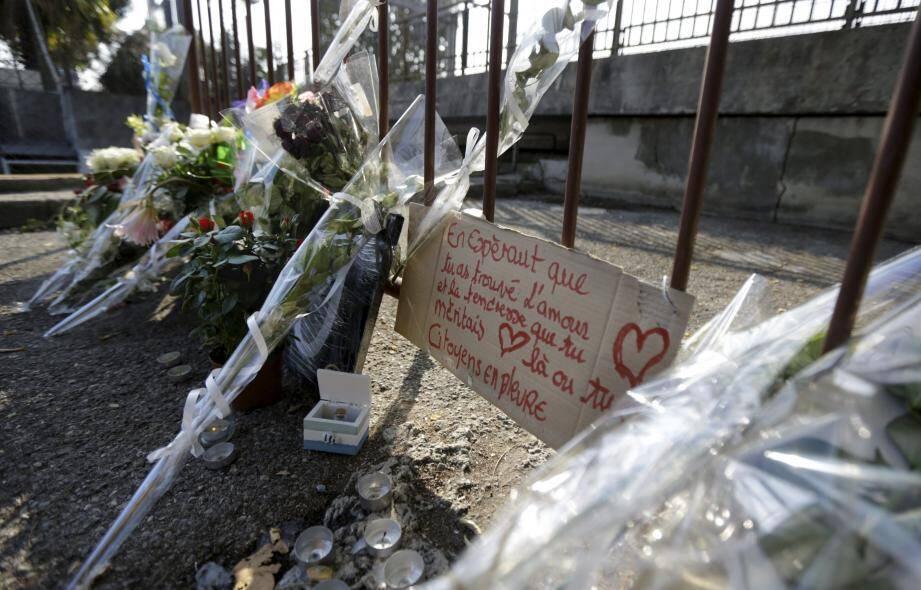 Des fleurs et des messages ont été déposés là où le corps de Salomé G. a été retrouvé.