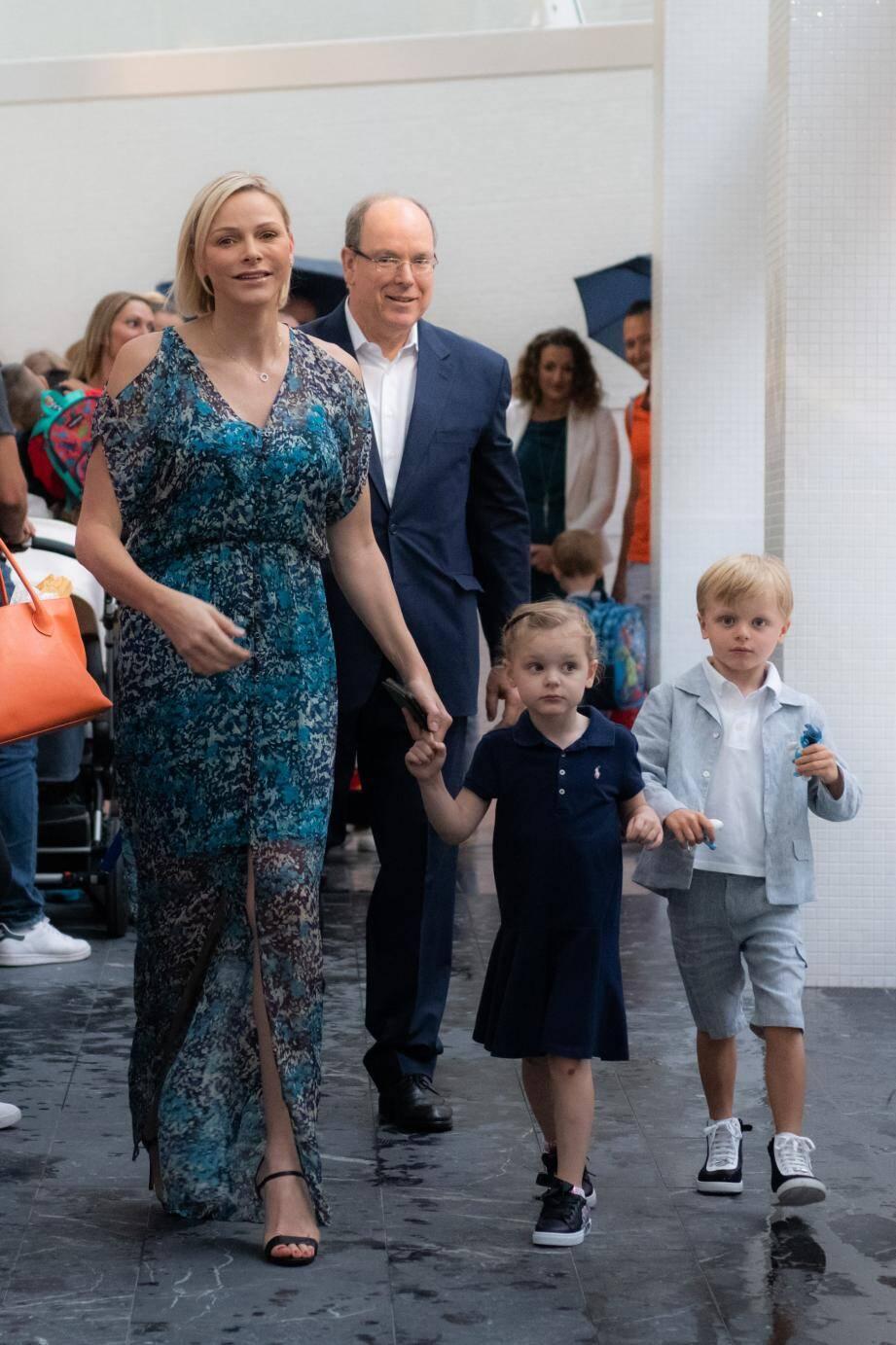 Accompagnés par leurs parents, le prince Albert II et la princesse Charlène, les enfants princiers ont découvert leur nouvelle école, où ils ont intégré la section 4/5 ans de maternelle.