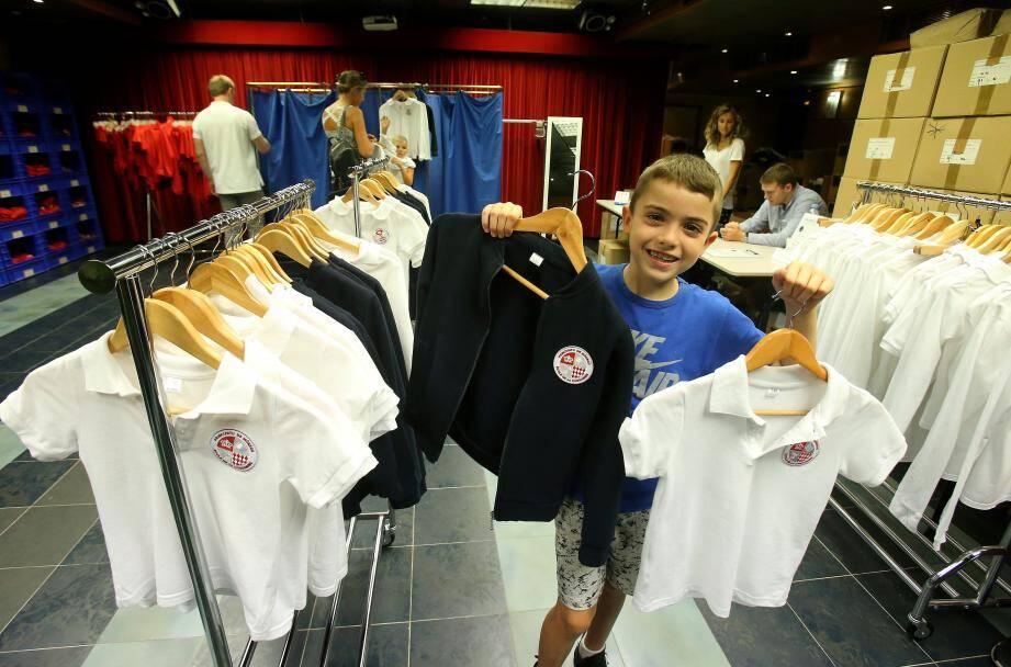 Dans le gymnase de l'école Saint-Charles, un point de vente a été organisé pour permettre aux parents d'acheter les tenues imposées dans les écoles à la rentrée.