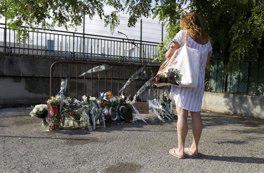 Mardi, nombre d'anonymes sont venus se recueillir et partager leur émotion sur les lieux de la découverte du corps.