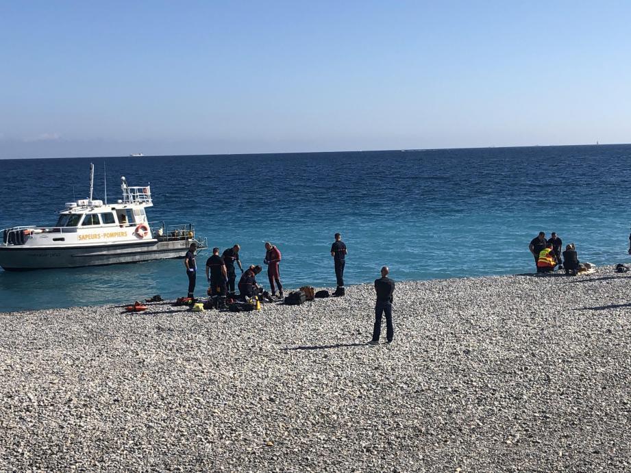 Les secours ont déployé d'énormes efforts pour tenter de sauver le baigneur.