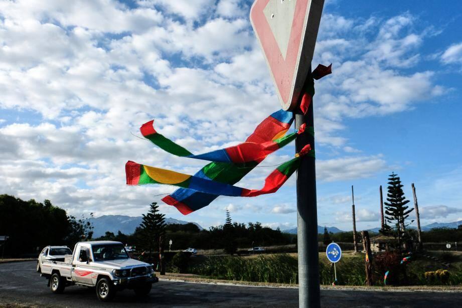 Les couleurs des pro-indépendantistes à côté de l'hôtel Province Nord dans la ville de Kone.