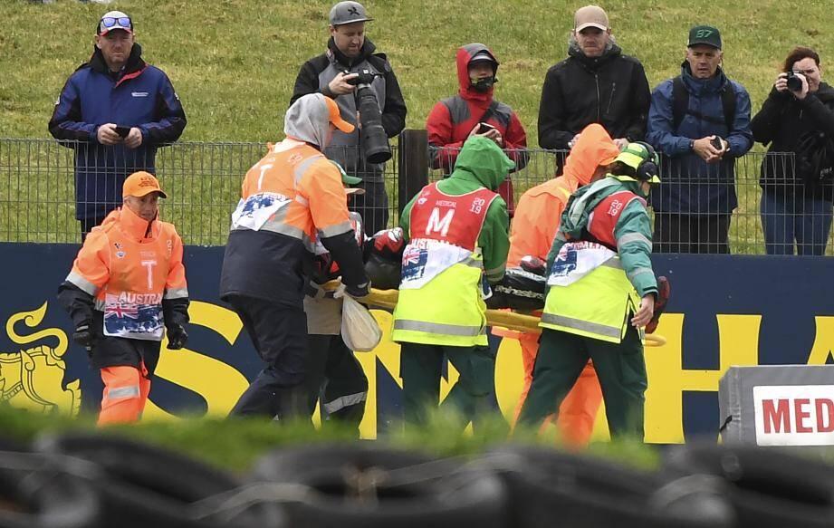 Le Niçois Fabio Quartararo, pilote Petronas Yamaha SRT, est évacué sur civière après sa chute lors de la première séance d'essais.