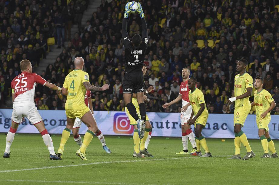 Nantes' French goalkeeper Alban Lafont (C) catches the ball during the French L1 football match between FC Nantes and AS Monaco at the La Beaujoire Stadium in Nantes, western France on October 25, 2019. (Photo by Sebastien SALOM-GOMIS / AFP)