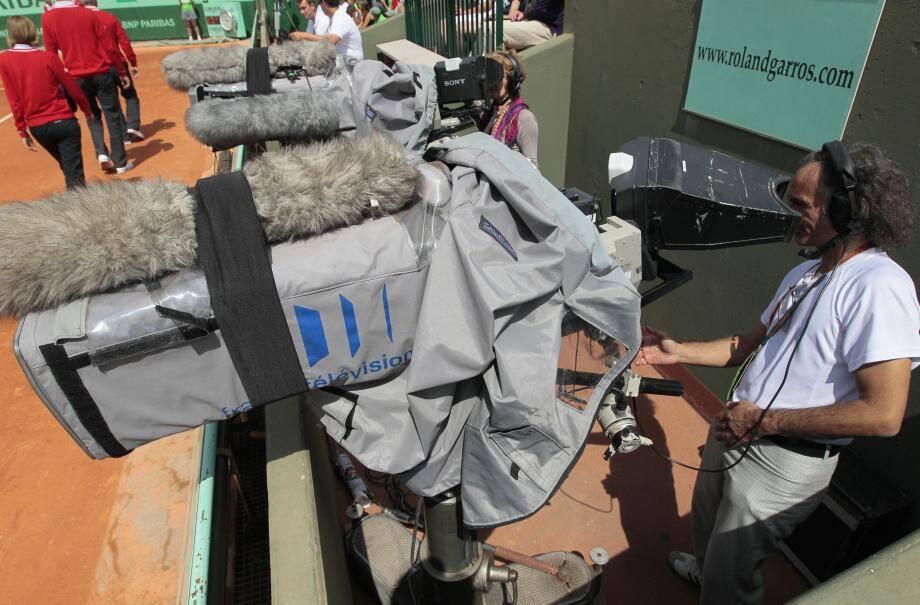Un caméraman de France Télévision lors d'une rencontre à Roland-Garros.