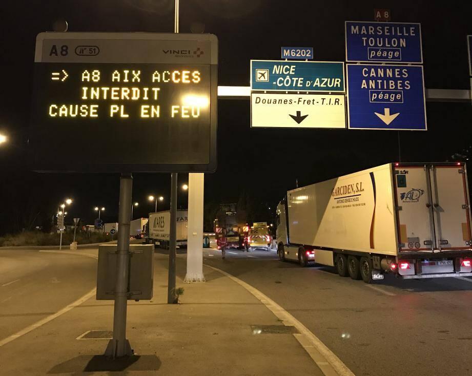 Vers 4 h 30, la remorque d'un poids-lourd a pris feu entre Saint-Laurent du Var et Cagnes-sur-Mer. Cet incendie d'un camion qui transportait des cartons mobilise les pompiers et les forces de sécurité sur l'autoroute.