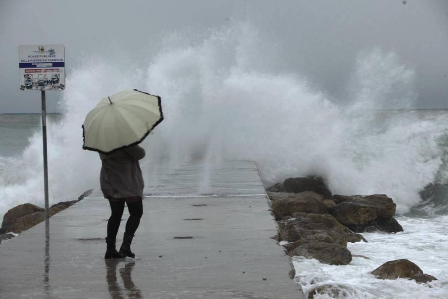 Les Alpes-Maritimes en alerte jaune vagues-submersion.