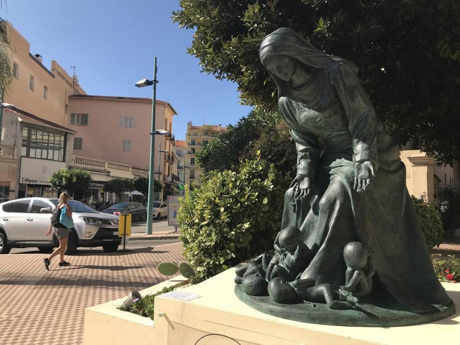 La statue Notre-Dame des innocents est installée devant le Grand hôtel des Ambassadeurs de Menton. Elle représente la Vierge consolant des bébés morts. L'artiste Daphné Du Barry évoque ainsi l'avortement et invite les femmes «à se repentir».