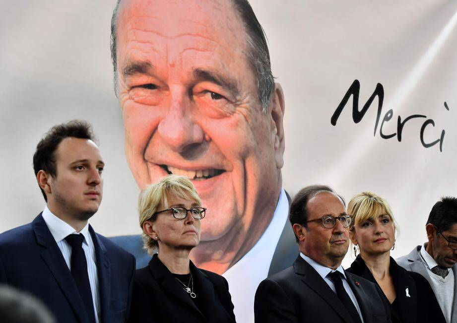 Ce dernier hommage a eu lieu en présence de Claude Chirac et son mari Frédéric Salat-Baroux, mais aussi de François Hollande et Julie Gayet.