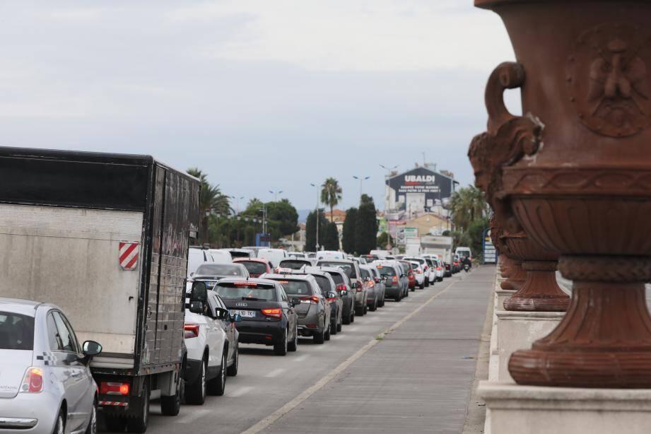 Les bouchons sur le pont Napoléon III, entre Nice et Saint-Laurent-du-Var.
