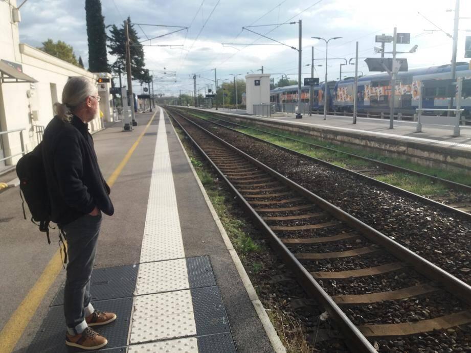 Bredouille sur les quais de la gare ce vendredi matin, et ne pouvant se rendre dans la Somme comme prévu, Christian dit pourtant «comprendre cette grève» en tant qu'ancien agent SNCF.