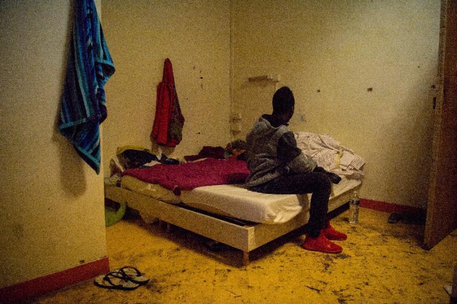 Un jeune migrant sur un lit dans le foyer Saint-Just à Marseille
