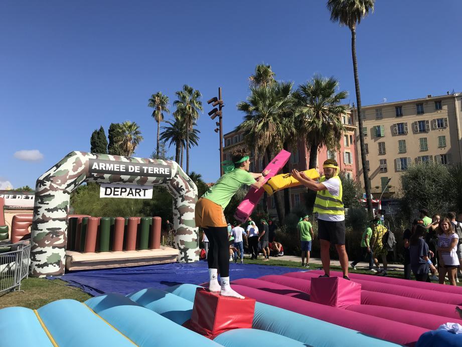 Deux étudiants d'équipes adverses s'affrontent à la joute dans le « compet square ».
