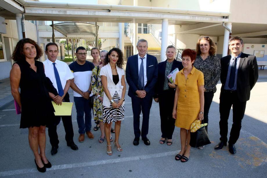Le directeur d'académie (au centre) s'est entretenu avec le personnel encadrant et enseignant du Rep de Fréjus, lors d'une réunion instructive.