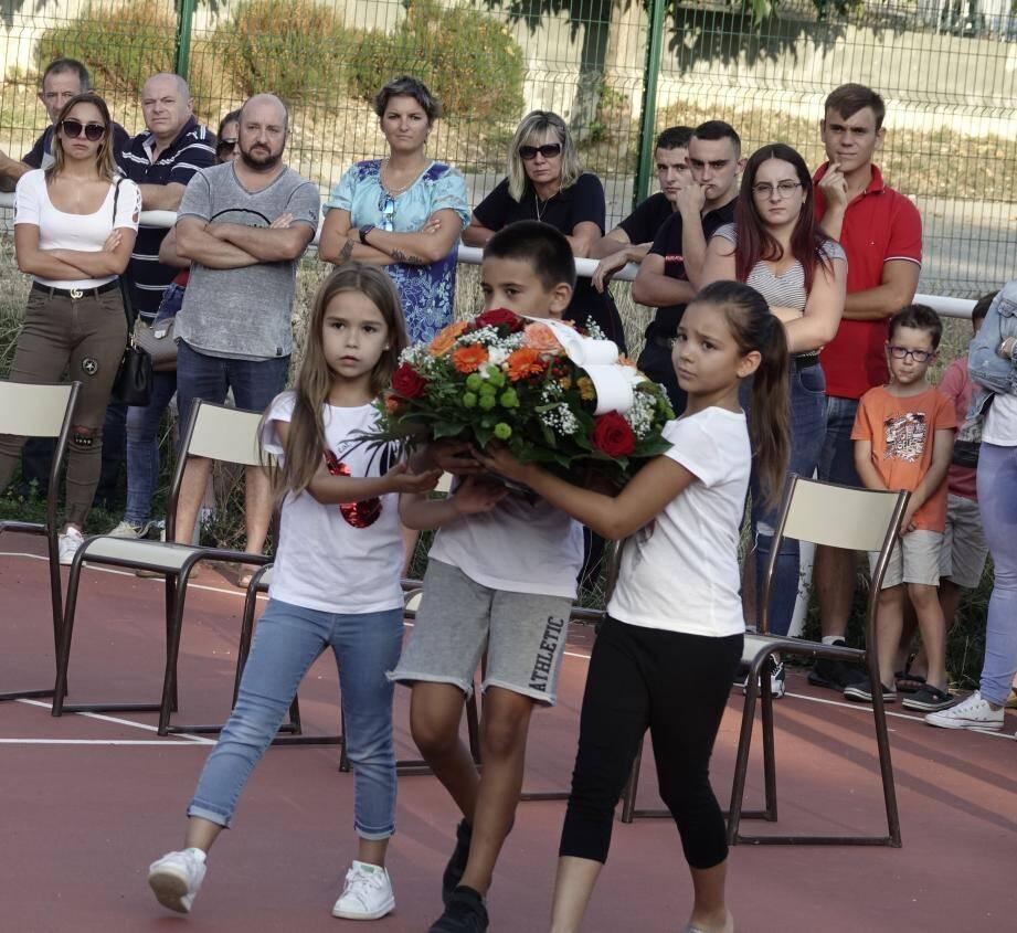 Une gerbe de fleurs a été déposée par trois jeunes Vallérois.