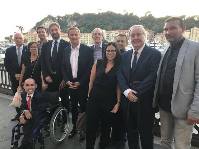 Les premiers membres de la liste de Debout la France, réunis hier soir autour de Nicolas Dupont-Aignan et Jean-Marc Chipot (barbe et cravate) sur le port.