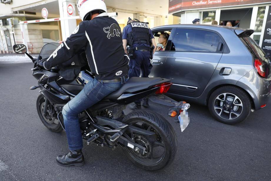Les motards en civil repèrent les contrevenants. Et alertent un équipage, ou procèdent eux-mêmes à un contrôle.
