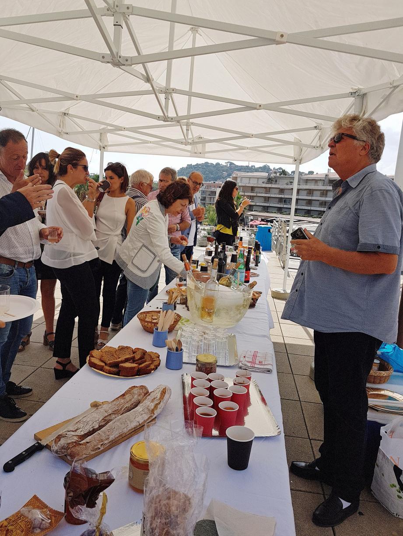 Jean-Pierre Martin invite les partenaires italiens à déguster les produits français amenés à être vendus aux plaisanciers.