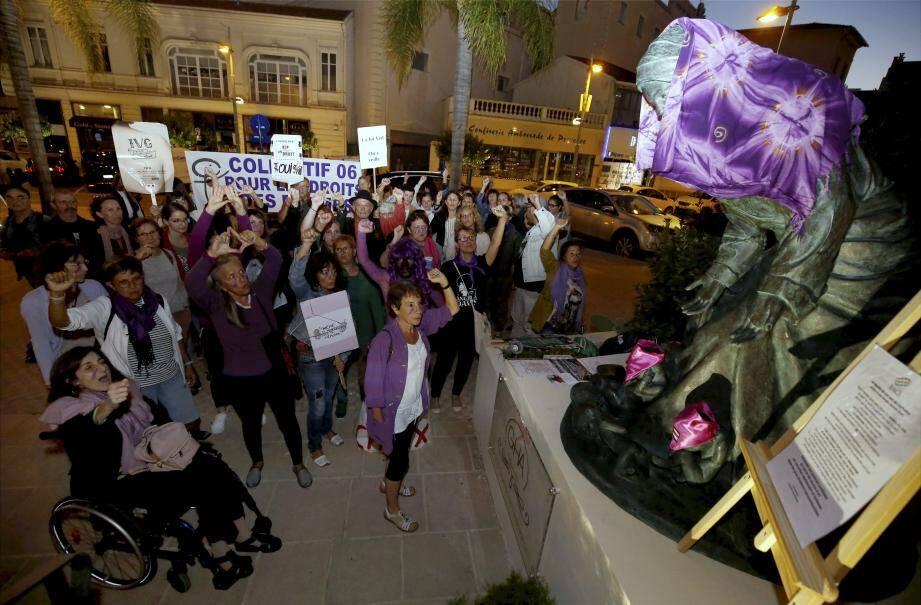Les manifestants ont protesté contre cette statue de la Vierge, jugée anti-avortement.