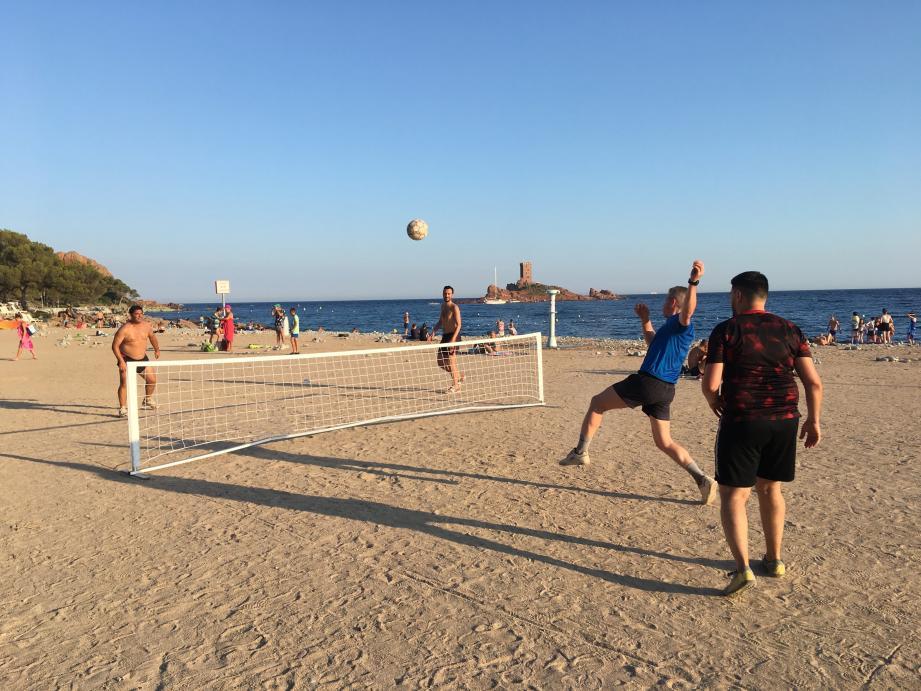 Le Futnet raphaëlois a débuté sa préparation dès cet été sur la plage du Dramont à Saint-Raphaël.