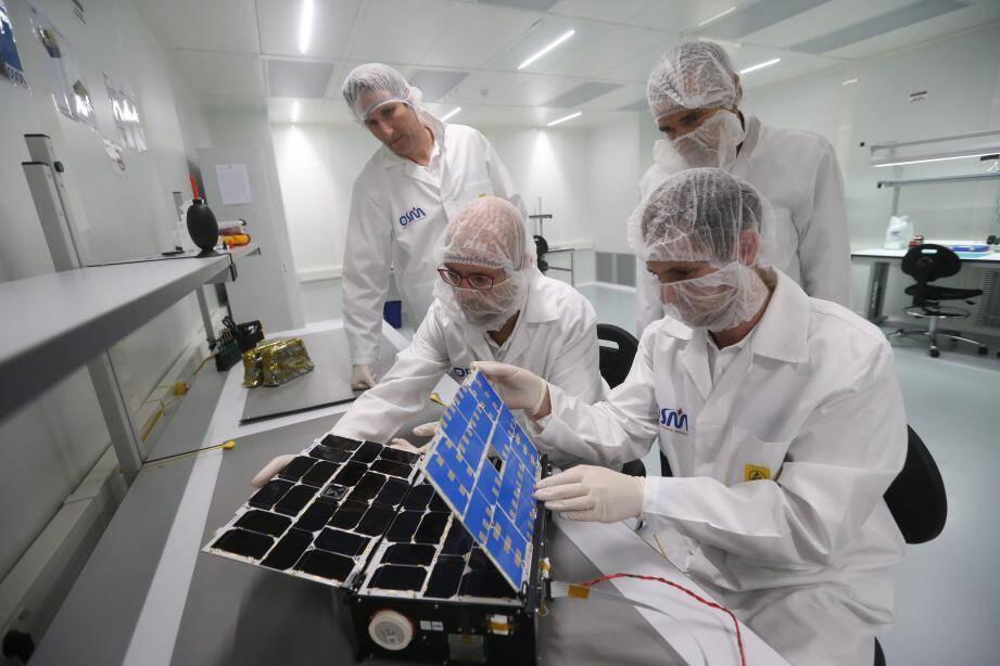 Le nanosatellite est stocké dans une salle blanche, vierge de poussières et autres saletés. Les trois ingénieurs ont pu expliquer, hier, au prince Albert II à quoi servira l'appareil une fois dans l'espace.
