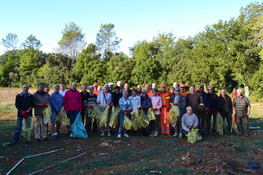 Une trentaine de personnes se sont munies de sacs et de gants pour nettoyer le site, dont Claude Alemagna.