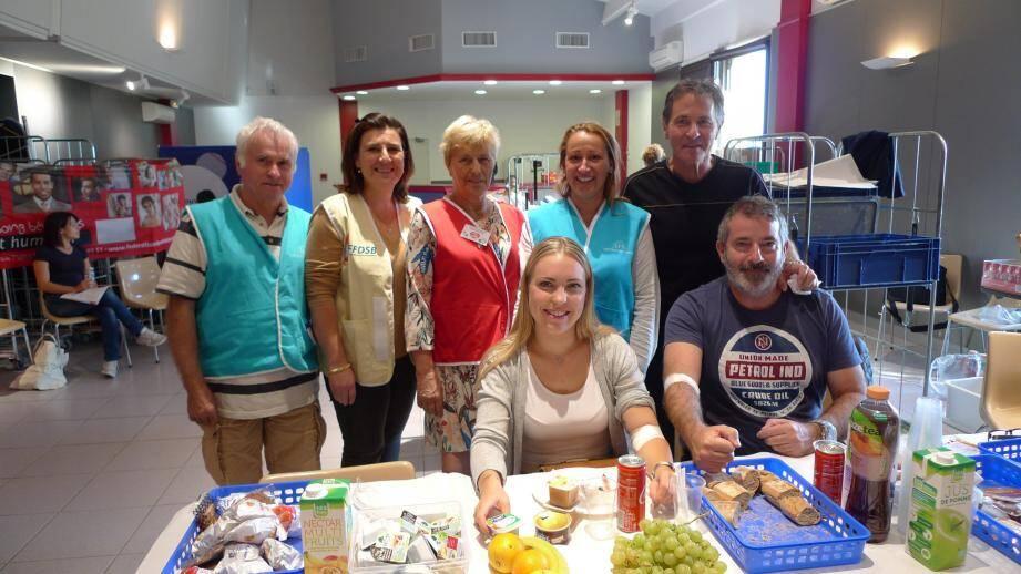 De gauche à droite : Alain Grosso, Thérèse Aiello, Anne-Marie Lorillard et Maryse Leopoldino, tous trois bénévoles de l'Amicale des donneurs avec Kim, primo-donneuse, Stéphane et Yves, donneurs réguliers.