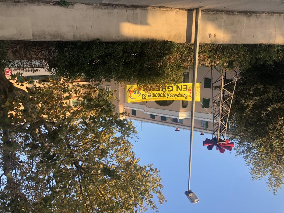 La banderole est visible depuis quelques jours.