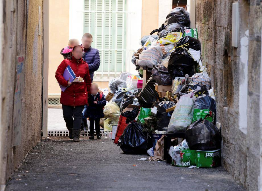 « Ce n'est plus possible ! » Les représentants du Sived NG dénoncent la politique du « coup par coup » du préfet de région. À ce jour, le traitement des déchets est assuré « jusqu'au 21 octobre »… Et ensuite ? L'hypothèse d'une rupture de service, et donc l'arrêt des collectes des ordures ménagères, est avancée.