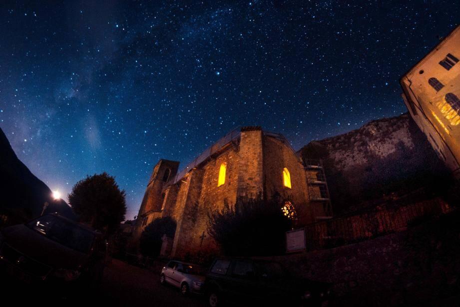 À Saint-Auban, il y a quelques mois, une nocturne du Parc par une nuit sans lune.