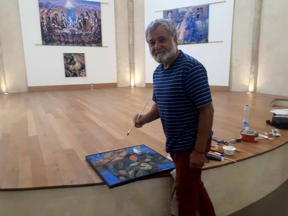 Igor Isac en train de mettre une dernière touche à l'un de ses tableaux.