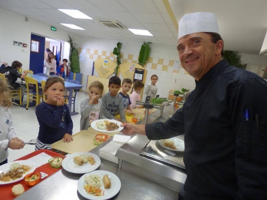 Le chef du restaurant scolaire, qui a établi les menus de la Semaine du goût, sert lui-même parents et enfants pour l'occasion. Angèle, membre de l'équipe, se charge aussi de remplir les assiettes des pitchouns, qui découvrent de nouvelles saveurs, odeurs et couleurs!