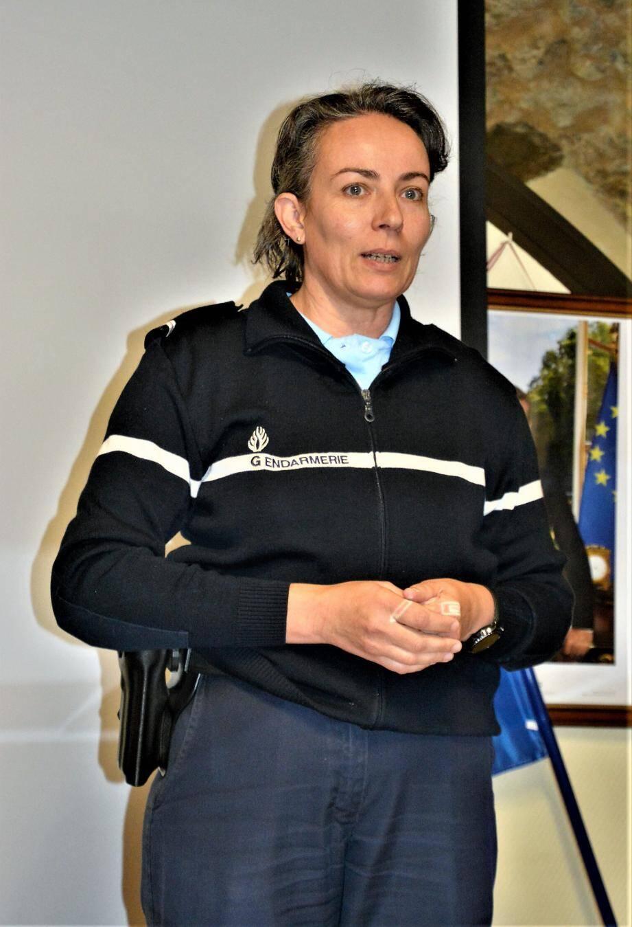 Quarante-quatre personnes sont venues écouter les conseils de préventions dispensés par l'adjudant-chef Lefebvre, de la brigade de La Roquebrussanne (à droite), et un policier municipal.