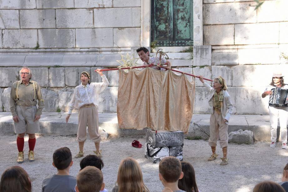Thierry Vincent et ses camarades de la Cie BAL-Arts Légers feront tomber les Dieux du ciel au pied du Trophée d'Auguste, pour le bonheur des spectateurs de tous âges.