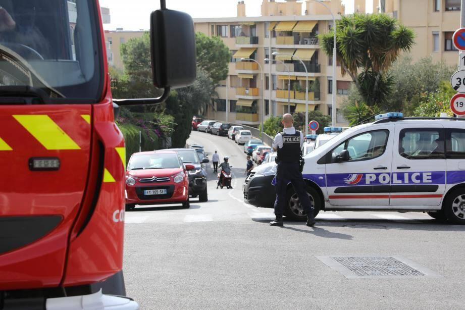 La police est intervenue durant plus de deux heures, avec le renfort des pompiers, hier, dans le quartier de la Corniche-Fleurie à Nice.