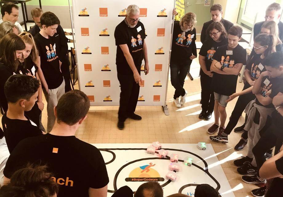 Les robots éducatifs Thymio animent la galerie en effectuant les mouvements programmés par les élèves.(DR)