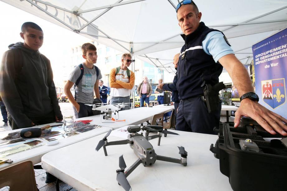 Pilote de drone pour la gendarmerie, expert de la police scientifique ou maître-chien, les métiers de la sécurité ont présenté leur spécialité hier sur la place Besagne