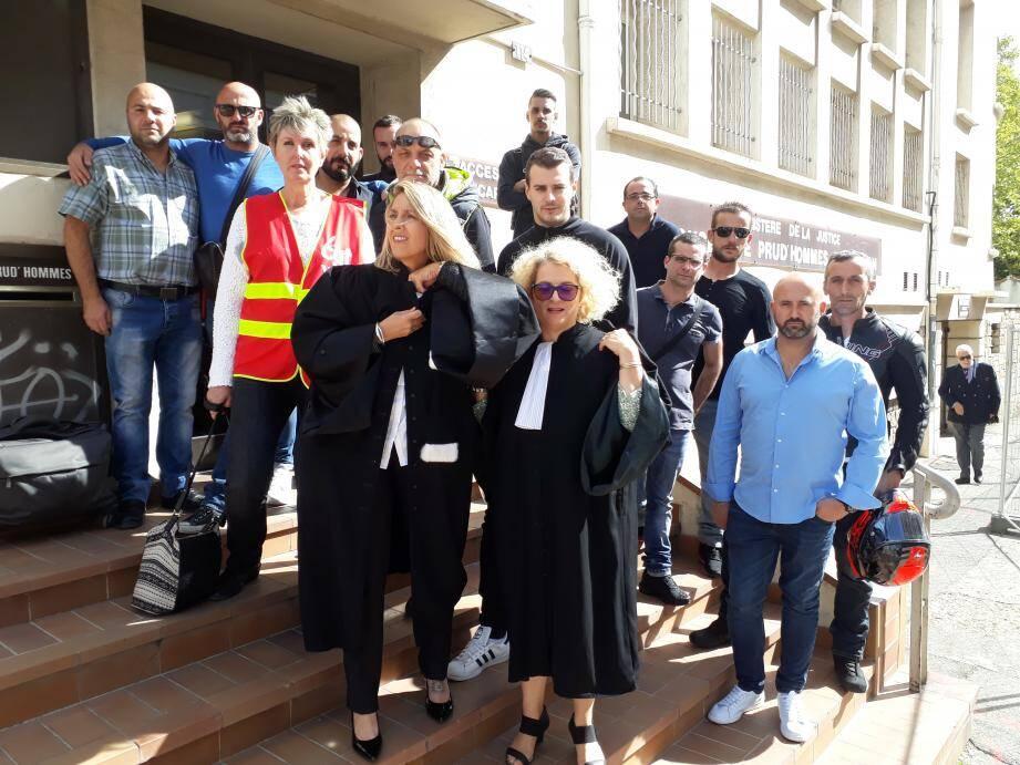 Devant le conseil des Prud'hommes à Toulon, les employés de la régie dénoncent une différence de traitement dans l'entreprise.