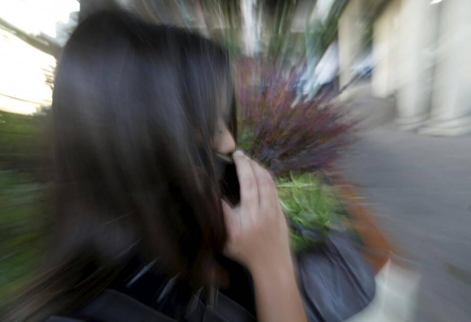 Une jeune femme, ou quelqu'un se faisant passer pour telle, cible des personnes âgées de  Monaco et essaye de leur soutirer argent ou objets de valeur. (Illustration Jean-François Ottonello)