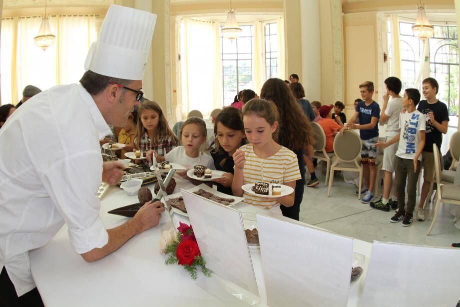Les élèves ont du mal à choisir parmi l'éventail des chocolateries proposées.