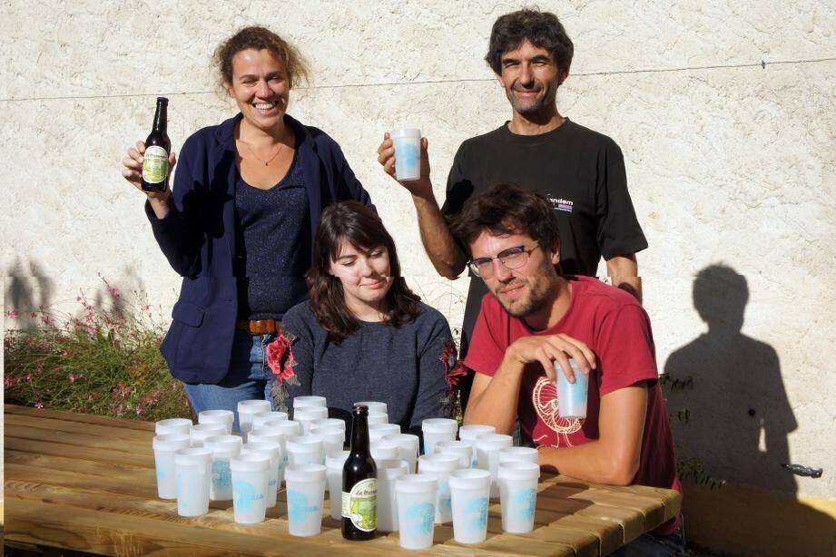 Le gobelet « Ecollo » a reçu l'agrément de Julie et Anaïs, animatrices de Natura 2000 et de l'office du tourisme, et de Romain, animateur du SPCV, principal utilisateur.