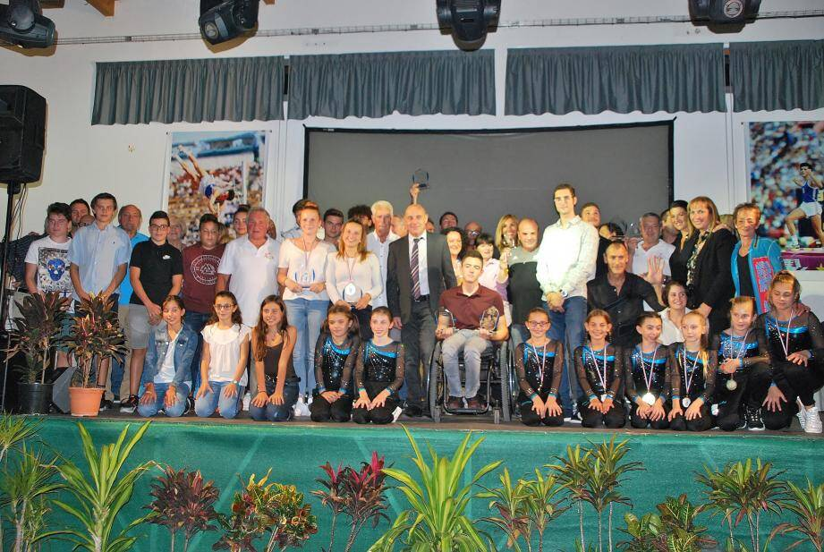 Tous les lauréats présents sur scène pour la photo souvenir.